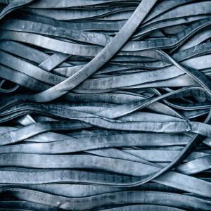 image représentant des bandes de caoutchouc sortant du mélange